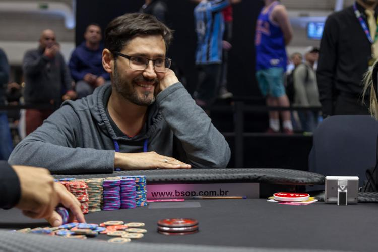 Ricardo Mostacero puxa a fila no Dia Final do Main Event do BSOP Millions/CardPlayer.com.br
