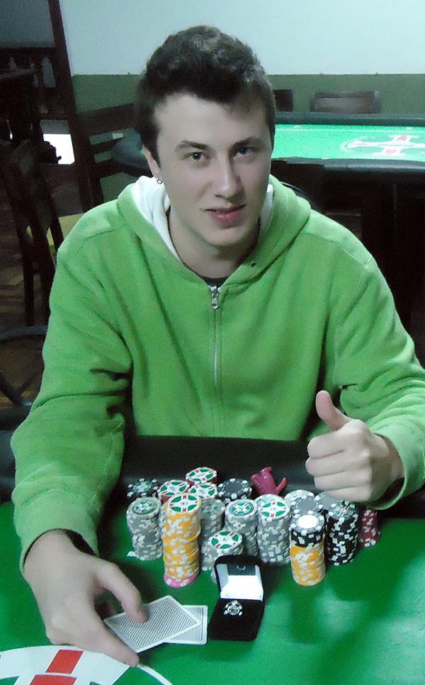 """Em FT repleta de brasileiros, Gabriel """"gabsdrogba"""" Schroeder crava Evento 37-M do SCOOP/CardPlayer.com.br"""