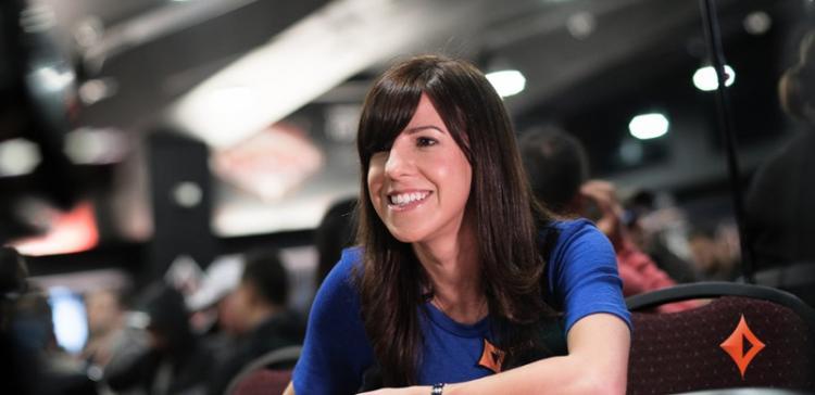 Kristen Bicknell assina com o partypoker/CardPlayer.com.br